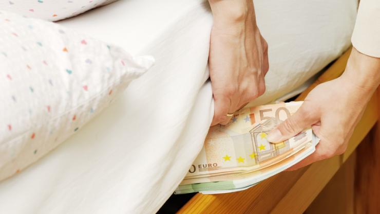 Qui conserve son argent sous son matelas ?